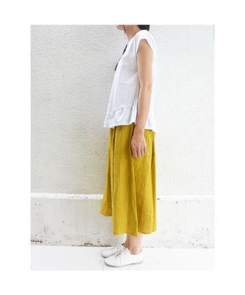 上質なリトアニアリネンを使用したスカートです。ギャザーがキレイに出る、シンプルなデザインはリネンらしいナチュラルな雰囲気を存分に楽しめます。鮮やかな色合いとナチュラルな素材とのマッチングは春の装いにピッタリです。