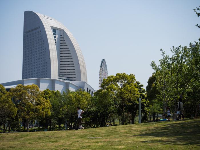 パシフィコ横浜の奥にある、みなとみらい最大の緑地を持つ「臨港パーク」。みなとみらいの海辺に広がる開放的な公園です。