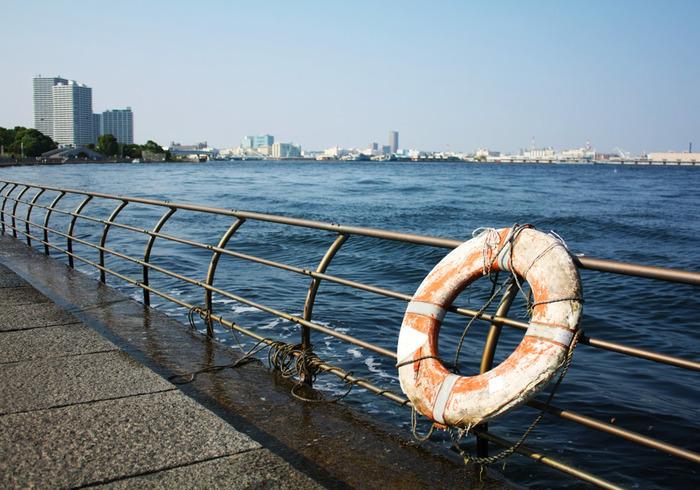ゆるやかな海岸線の続く公園の海沿い。きらきら輝く海の向こうに、新港埠頭や山下埠頭、マリンタワーなど横浜ならではの景色が見渡せます。