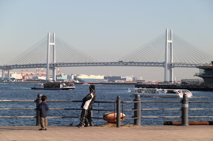 海側は、大さん橋やベイブリッジを間近に見ることのできる、観光船の発着場所もある眺めのいい人気スポット。