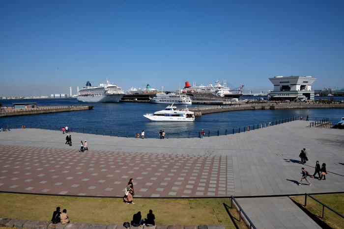 大さん橋や、行きかう船をのんびり眺められます♪レジャーシートを広げて、お昼寝や休憩など思い思いに過ごせます。