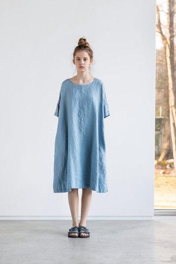 リトアニアの『not PERFECT LINEN』というちょっと変わったネーミングのブランドのワンピースです。その潔いシンプルさ。100%リネンで作られたワンピースはなんの小細工もなく、ナチュラルで肌触りもとってもいい。普段着としてもいいですし、少し手のこんだデザインのアウターなどと合わせても素敵です。