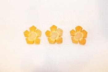 型が無くてもOK、最もシンプルなお花の切り方です。5角形を使うこの方法だと、花びらがアンバランスにならなくてすみますよ♪