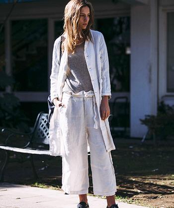 ブッチャーリネンという、太い糸と細い糸をランダムに混ぜ合わせて織ったリネンで作ったジャケットコート。ポコポコとした凹凸のある表情が味わい深いです。同素材のボトムスと合わせてセットアップでコーデするのも、ほどよい抜け感を感じられておすすめ。