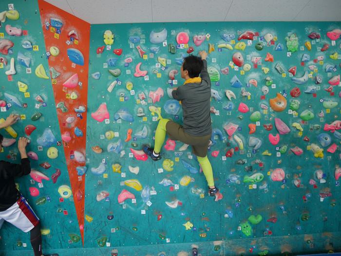 自分の手と足だけを使って壁を登るボルダリングは、体力を使いますが、普段の運動不足解消にバッチリのスポーツです。初心者でも最初にしっかりと講習を受けられるジムなら安心ですよ♪気軽に始められるので、友人と一緒に楽しんでみてはいかが?