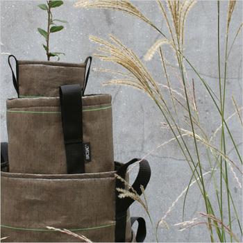 BACSACはデザイナー「ゴドフロア・デュ・ヴィリュー」と、景観デザイナー「ルイ・デュ・フルリュー」「バーギル・ドゥシュモン」との出会いから生まれました。ナイロンと不織布でできた、軽くて運びやすくスタイリッシュな袋状のプランターです。