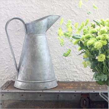 1911年創業、フランスの伝統あるガーデン&キッチン用品メーカー「Guillouard(ギルアード)」。ムダを一切省いた美しいデザインだけでなく、製品ひとつひとつに職人による溶解亜鉛メッキ加工がなされています。こちらは、容量5リットルのブリキ製ピッチャー。