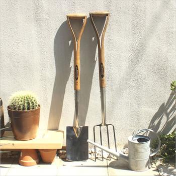 「SPEAR&JACKSON」は、創業から約250年の伝統あるイギリスのガーデンツールメーカー。熟練の職人の技と最先端の技術を生かしたものづくりに定評があります。ロングツールは、畑や花壇での必需品。握りやすいY字型のハンドルが土を掘り起こす重労働の負荷を軽減してくれます。