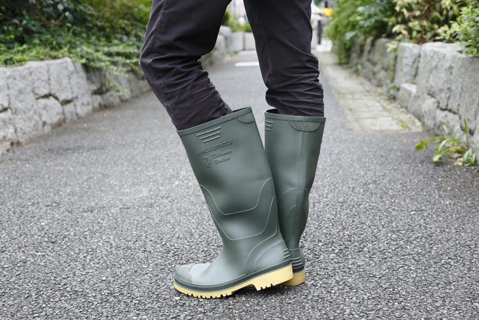 ポルトガル生まれのおしゃれなラバーブーツ。-15℃の寒冷地に耐えるタフな仕様なので、雨の日はもちろん雪の日や農作業、釣りなどさまざまなシーンで活躍してくれます。落ち着いたグリーンの色合いはコーディネートもしやすく、長時間履いていても快適です。