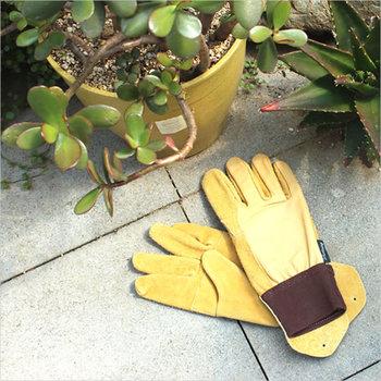 素材感の異なる革を使ったこだわりのデザインの「レザーコンビ」。手首がリブになっているから、作業中に土が入ることがありません。