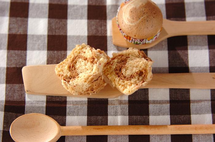 手頃なサイズがかわいい蒸しパンは、半分に切るとしっかりマーブル模様が見えます。ココアとイチゴの2つのバリエーションが楽しめるレシピ☆