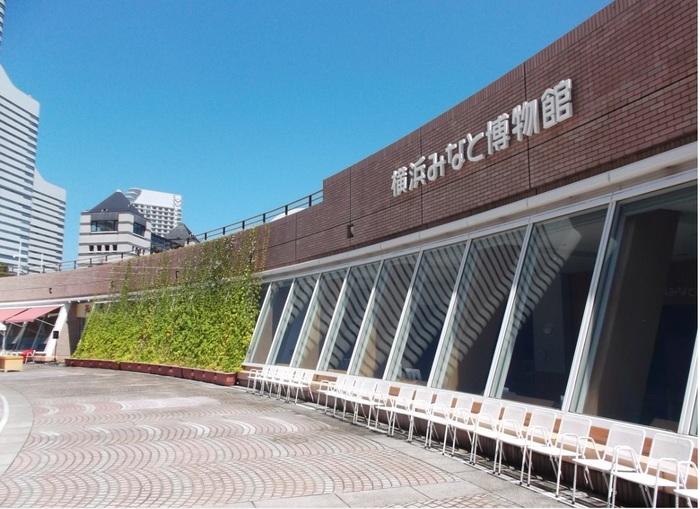 同じ敷地内に、横浜港の歴史が学べる「横浜みなと博物館」があり、その奥はなだらかな緑地も広がるウオーターフロントパークとなっています。