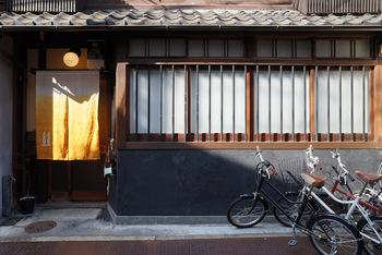 京都市北西部の西陣に、「ゲストハウス糸屋」はあります。築80年の町家をリノベーションしてゲストハウスとして利用しており、古い町家でありながら清潔に保たれているゲストハウスです。