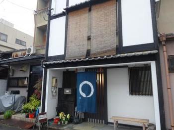 二条城から少し北に上がったところにある「京都ゲストハウスhannari」は、楽天トラベルなどでも評価が高い人気のゲストハウスです。近くには佐々木蔵之介さんのご実家である「佐々木酒造」もありますよ。