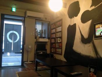 画像では切れてしまっていますが、壁面には大きく「遊」の文字が。適度に狭い共有スペースなので、初めて会った人とも交流が深められそうです。  また、朝食用のトーストには可愛い焼き模様が。京都には喫茶店やカフェが多く、モーニングを実施しているところも少なくありません。もしも朝食を食べてもまだ小腹が空いているときは、喫茶店を探して街を散策してみては?