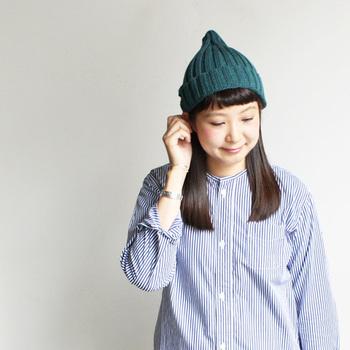 ロングヘアの方も、片耳かけがおすすめ。前髪を出してかぶる時は、短めバングス(前髪)がおすすめです。長めの前髪の方は、両サイドを少しニット帽の中に入れ込んで、シースルーバング風にすると重たくなりませんよ。