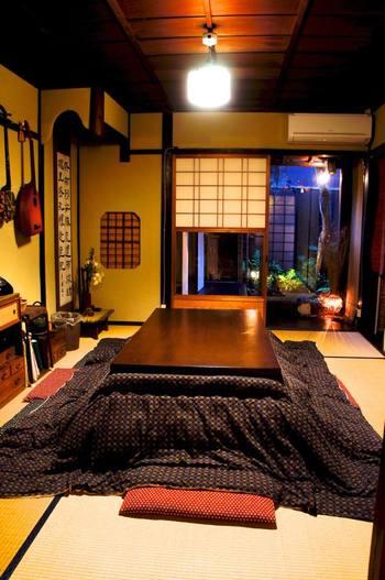 築85年を誇る京町屋は、雰囲気たっぷり。共有スペースからは坪庭が見え、季節ごとの風景を楽しむことができます。 冬にはこたつが登場するので、なかなか離れがたくなってしまうかも。
