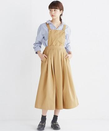 サロペットタイプのスカートは、キレイめシャツと合わせて女の子っぽく上品な着こなしに!