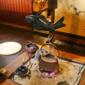 昔ながらの囲炉裏が残る店内は、どこか懐かしくほっとする落ち着いた雰囲気。江戸時代に建てられた町家ならではの風情をたっぷり楽しめます。