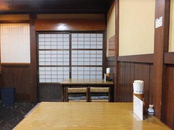 店内はカウンター席、テーブル席のほかにお座敷もあり。素朴な雰囲気の内装はとても趣があります。