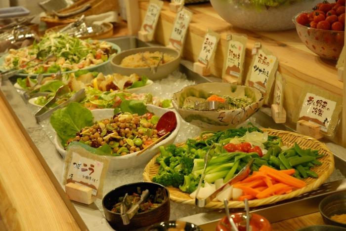 「農場レストラン いただきます」は、ビュッフェスタイルのレストラン。園内や地元で収穫された野菜や食材を使った料理やデザートが頂けます。