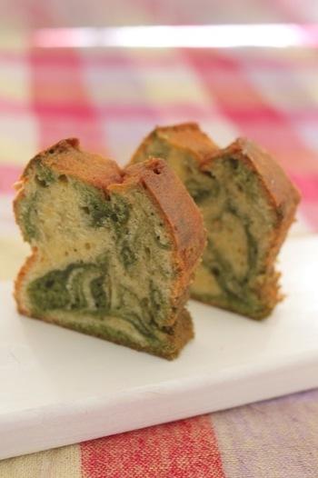 キレイな緑色のマーブルは抹茶を使うのがおすすめ♪生地をマーブルに混ぜてから型に移します。混ぜすぎず、良い状態のところで型に流し込みましょう。