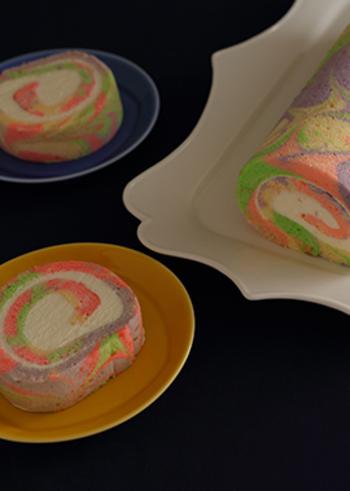 なんともユニークなカラフルマーブル模様!食用の色素を使った鮮やかなマーブルスイーツです。マーブル模様は2色だけ、なんて決まりはないので、こんな風に色とりどりにするのも素敵ですね☆