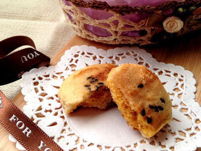 カボチャの優しいマーブル模様のクッキー。マーブルスイーツにはケーキなどのやわらかい生地のものがよく見られますが、クッキーだってマーブル模様にできるんですよ☆電子レンジで作れる簡単レシピです♪