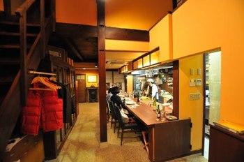店内はテーブル席と、シェフの調理が間近に見られるカウンター席。席と席の間隔もゆったりとしています。