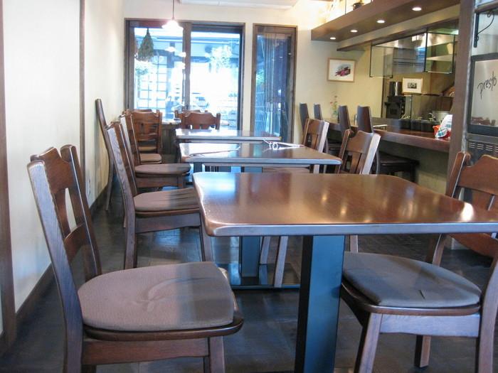 風情ある古民家の外観とは一変、店内はおしゃれで上質な雰囲気が漂います。目の前で鉄板焼きが見られるカウンター席と、ゆっくり会話が楽しめるテーブル席。