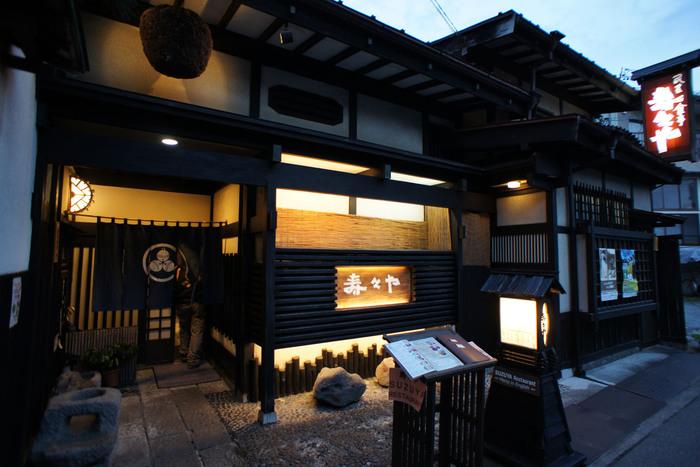 50年近く営業している飛騨の郷土料理が楽しめるお店。高山駅からもほど近くさんまち通りの手前に位置するお店は、飛騨の職人によるレトロな建築様式の店構えで趣があります。