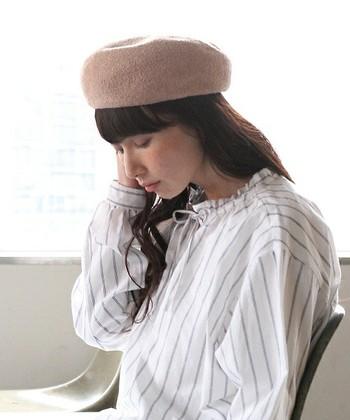 ベレー帽がうまくかぶれないという方、深くかぶりすぎていませんか?ベレー帽は深くかぶると形が崩れてしまい、本来のかわいいフォルムが台無しに。浅くかぶって、トップのふんわりとしたフォルムをキープするのが鉄則です。