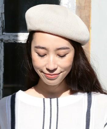 ベレー帽を大人っぽくかぶりたい方は、ななめかぶりがおすすめ。片方の髪を耳にかけ、下げた側の髪にボリュームを出すことで、アシンメトリーでこなれ感のあるスタイルに。