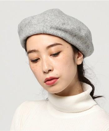 まとめ髪にもおでこ出しが正解。全体的にすっきりとして、大人っぽい印象になるのも魅力です。まとめた部分が帽子に引っかからないように下めでまとめるのがポイント。