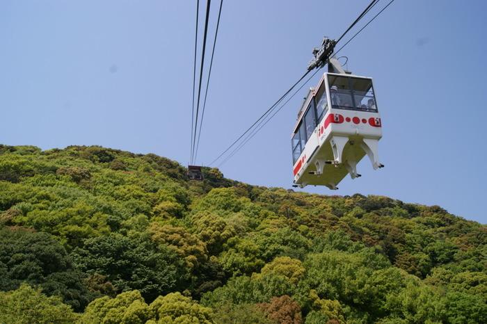 山陽電鉄、須磨浦公園駅から須磨浦山上遊園へロープウェーが通っています。神戸の街や明石海峡大橋など瀬戸内の名所が一望できる約3分の旅です。