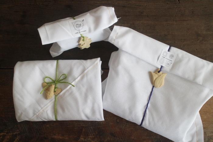 柔らかい布袋や風呂敷でのラッピングもございます。カラフルな麻ヒモに通された陶製のオリジナルチャームとシールがプレゼントにぴったりな特別感がありますね♪布袋+陶製チャームラッピング1包み300円(税込)となっております。