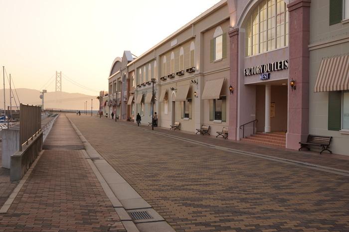 「三井アウトレットパーク マリンピア神戸」は「南欧の港町」をイメージして作られたアウトレットショッピングモールです。ファンション、雑貨、飲食店など約90の店舗があり、イベントスペースでは週末になると催しが行われ、多くの人で賑わっています。