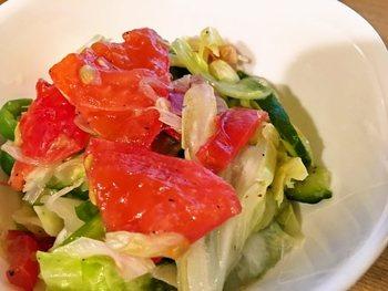 トマトと一緒に和えると彩りもきれいで食欲をそそりますね。