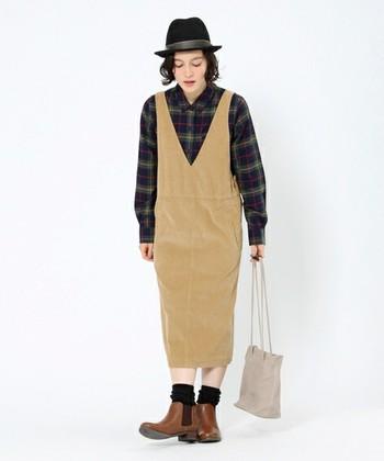 すとんとしたすっきりシルエットが可愛らしいジャンパースカート。落ち着いた色味のチェックシャツとハットを合わせて、少しマニッシュに決めてみるのも今の気分にぴったりです。