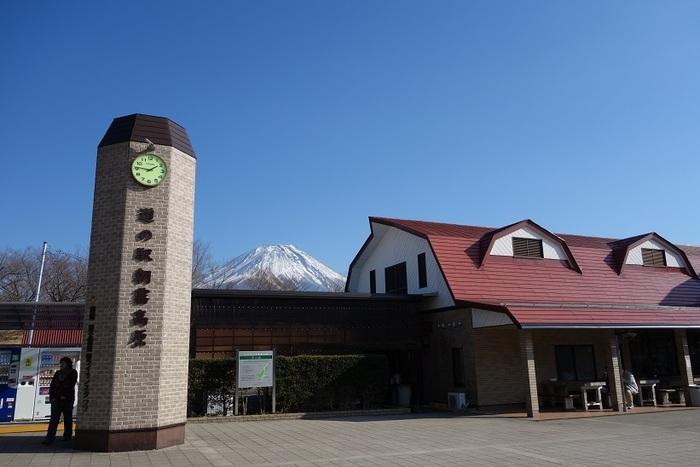 地元特産品、農産物販売コーナー、レストラン、アイスクリーム工房が入る「道の駅 朝霧高原」。土産物を探すのならぜひ立ち寄りたい道の駅です。