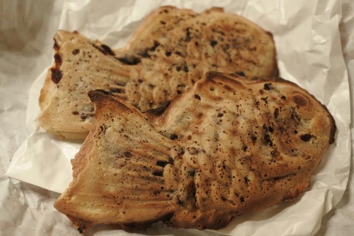 パリッとした薄皮にぎっしりと詰まった粒あん。ひとつひとつ金型で手焼きする「一丁焼き」で、はみ出したあんこが香ばしく焦げているの浪花家のたい焼きならではの味わいです。