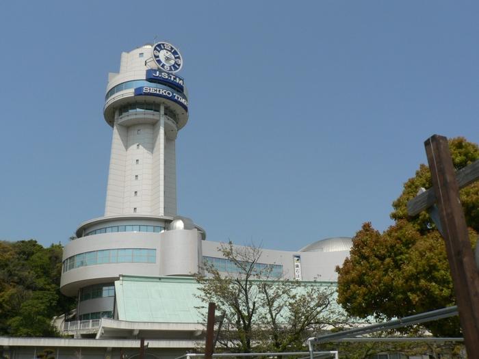 明石といえば「東経135度日本標準時子午線」が通っているところです。その子午線上に立っているのが「明石市立天文科学館」です。宇宙や時計に関する展示のほか、プラネタリウムがあります。