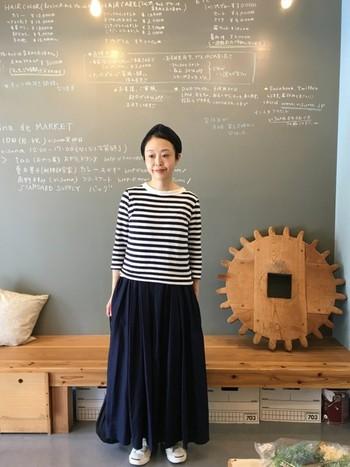 オーソドックスなデザインの白黒ボーダーTシャツを、さらりと着たコーディネートです。ボリュームのあるマキシスカートとも相性ばっちりですね。