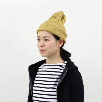 ベレー帽と同様、ニット帽も浅めにかぶるのがおしゃれに決まる法則。深くかぶると野暮ったくなってしまうので、耳が全て出るくらいのバランスを心がけましょう。