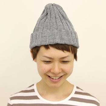 ショートヘアの方は、大きめのニット帽をかぶると髪の毛が全て隠れてしまって女性らしさが半減してしまうので、小さめのサイズを選んで前髪や襟足を見せて。ぴたっとしたサイズ感が顔まわりをすっきりと見せてくれる効果も。