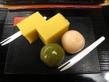 あんこをくるんだ寒天がぷちっとはじけやさしい甘さが広がります。芋羊羹とのセットも人気です。本店は浅草、その他都内各所にも店舗があります。