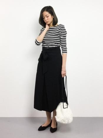 ボーダーTシャツはカジュアルにしか着られないというイメージがありますが、合わせ方できれいめに着こなすこともできるんです。上品な長め丈のスカートと組み合わせてみましょう。全体をモノトーンでまとめることで、大人っぽい印象になりますよ。