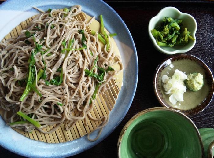 「さゝみ乃」の蕎麦は、十割そば。蕎麦の香りが強い太い麺が特徴です。【画像は、食感良い芹がのった「せりそば」】