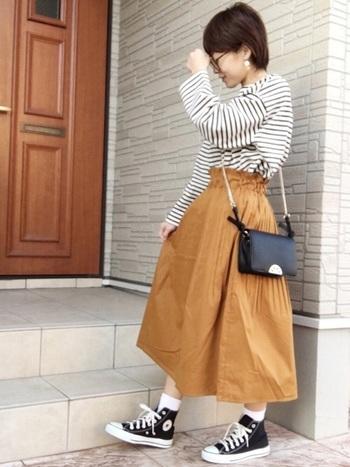 ボーダーTシャツにスカートを合わせるだけで、おしゃれなコーディネートになります。バッグや靴は、ボーダーに合わせて白と黒でまとめるのがおすすめです。