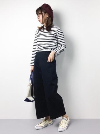 ボーダーTをおしゃれに着たいなら、サイズ感も重要です。ほどよくフィットするボーダーTシャツと、ストンとしたシルエットのワイドパンツで、カジュアルなのにすっきりと見えるコーディネートに。